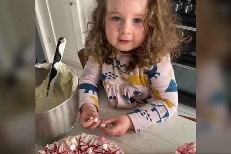 devojčica kuva