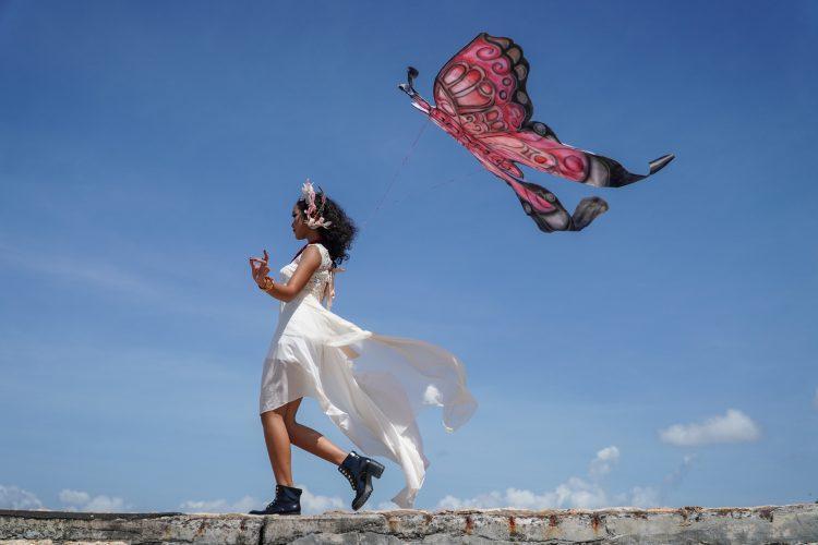 žena; haljina; leptir