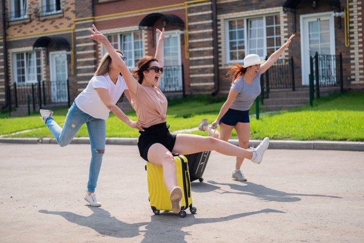 Drugarice, prijateljice, putovanje, put, odmor, koferi, kofer, žuti kofer