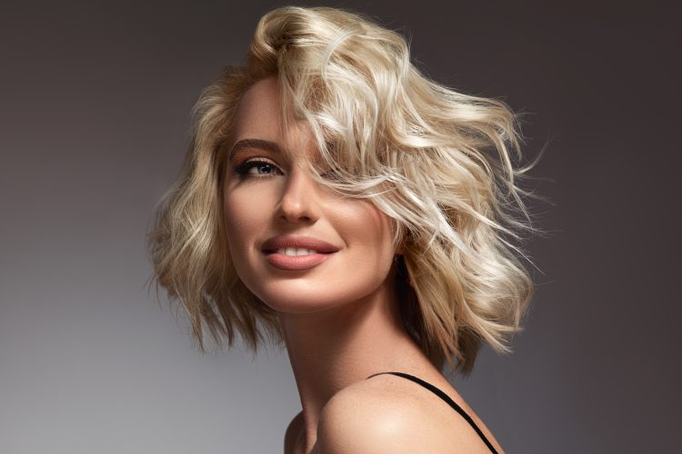 Devojka, žena, plavuš, plava kosa, kratka kosa, atomic blond, atomska plavuša, osmeh
