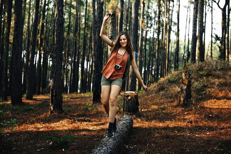 devojka u šumi
