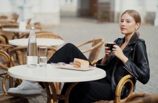 Devojka, žena, kafić, kafa, torta, kolač, voda