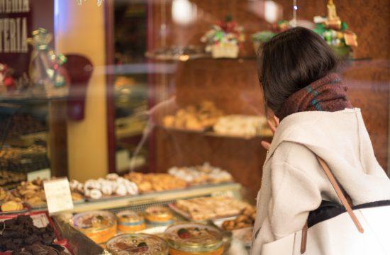 Žena, devojka, izlog, slatkiši, kolači